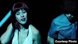 والری مک کارتی در صحنه ای از اپرای بزرگراه گمشده. عکس از (/englishnationalopera).
