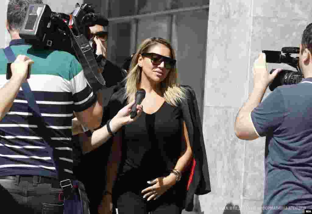 МАКЕДОНИЈА - Водителката Лила Филиповска била во јавното обвинителство да даде исказ за случајот Рекет. Таа е блиска пријателка на Бојан Јовановски - Боки 13, кој, како осомничен, е во притвор во затворот Шутка. Исказ пред Обвинителството даде и бизнисменот Силјан Мицевски, кој по исказот, на новинарите им изјави дека побарал да му ги вратат парите што ги уплатил на Меѓународен сојуз.