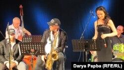 Главным подарком для слушателей в этот вечер стали известные московские музыканты близнецы-саксофонисты Александр и Дмитрий Бриль и их группа «Бриль Бразерс»