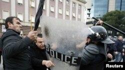 Тирана: сторонники оппозиционных социалистов с полицией