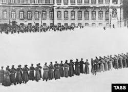 Войска стреляют в демонстрантов в Петербурге 9 января 1905 года