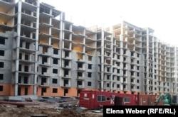 """Строящиеся дома для жителей снесенного жилого комплекса """"Бесоба"""". Караганда, 22 августа 2014 года."""