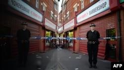 Женщина-полицейский на улице Манчестера, где накануне прошел полицейский рейд в рамках дела о теракте, 26 мая 2017 года.