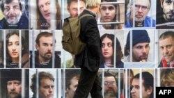"""Плакат в Париже в защиту арестованных экологов с судна """"Арктик Санрайз"""""""