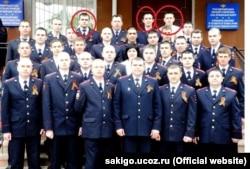 По словам Сервера, слева направо отмечены на фото: «Коля, по центру сотрудник, имя которого я не знаю, и Александр Васильевич в белой рубашке»