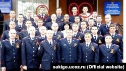 За словами Сервера, зліва направо позначені на фото: «Коля, по центру співробітник, ім'я якого я не знаю, і Олександр Васильович у білій сорочці»