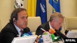 Нелегкая работа у президентов: глава УЕФА Мишель Платини (слева) и руководитель ФФУ Григорий Суркис