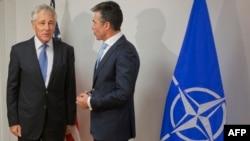 Андерс Фог Расмуссен (оңдо) АКШнын коргоо катчысы Чак Хейгел менен НАТОнун жыйыны алдында, Брюссель, 3-июнь, 2014