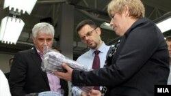 Вицепремиерот и министер за финансии Зоран Ставрески пушта во употреба погон за конфекциско перење и сушење во Стојаково на 5 април 2012.
