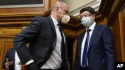 უკრაინის პრემიერ-მინისტრი დენის შმიგალი (მარცხნივ) და პარლამენტის თავმჯდომარე დმიტრო რაზუმკოვი