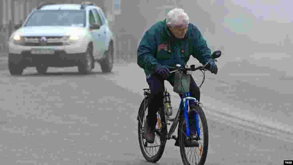 По улице Свердлова проезжает велосипедист