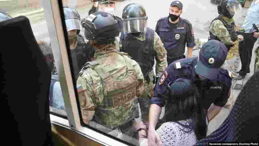 Aqmescitniñ Franko soqağındaki FSB binasına kelgen insanlarnı OMON hadimleri tuttı