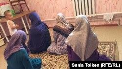 Женщины, чьи мужья были осуждены по обвинениям в терроризме и экстремизме. Мангистауская область, 10 июля 2017 года.