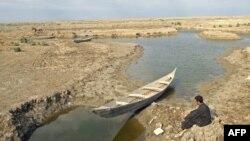 Ирактың Басра қаласынан 130 шақырым жердегі суалып бара жатқан өзен. 18 қараша 2009 жыл. Көрнекі сурет