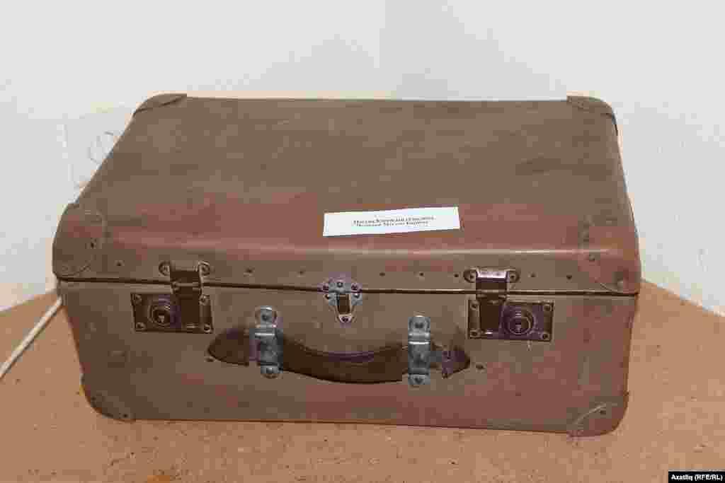 Мәҗит Гафури музеендагы Мостай Кәримнең сугыштан кайткан чемоданы