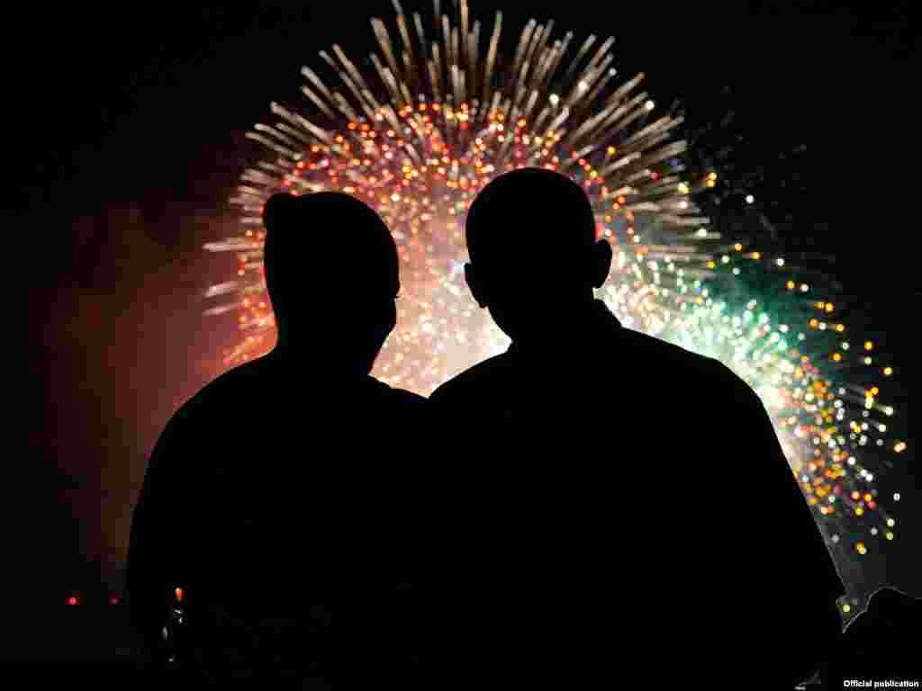 Президент США Барак Обама и Первая Леди Мишель Обама смотрят салют в честь Дня Независимости