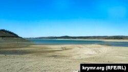 Пересохле дно і запустіння: водосховище в Сімферополі стрімко міліє (фотогалерея)