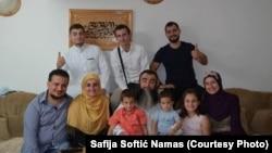 Doktorica Safija Softić Namas, donji red druga s lijeva, s braćom, sestrama, ocem, mužem i djecom na bajramskom druženju.