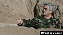 Arxiv fotosu: Ermənistan prezidenti Serzh Sarkisian işğal altında olan Qarabağda torpaqlarında, səngərdə.