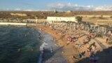 Пляж «Район ринку» в селі Берегове, що під Феодосією, як можна зрозуміти з назви розташований поруч з місцевим ринком. На його території є інформаційний стенд із номерами телефонів екстрених служб, але без інструкції про перебування на пляжі в умовах пандемії коронавірусу