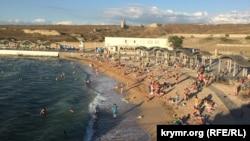 Туалеты в море и никаких антисептиков: «пляжная инспекция» Крым.Реалии (фоторепортаж)