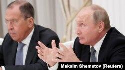 Президент Росії Володимир Путін (праворуч) і керівник російського МЗС Сергій Лавров
