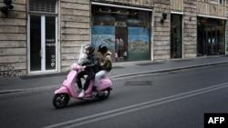 Италия астанасы Рим қаласында мотороллермен бара жатқан адамдар. Рим, 12 мамыр 2020 жыл.