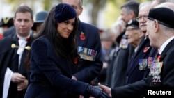 Херцогът и херцогинята на Съсекс на едно обичайно за кралското семейство задължение - среща с ветерани