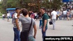 ЖОО ғимараты алдында тұрған студенттер. Алматы, 12 тамыз 2013 жыл.