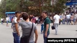 Студенты и абитуриенты во дворе вуза. Алматы, 12 августа 2013 года.