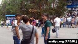 Молодые люди у здания КазНУ имени Аль-Фараби. Алматы, 13 августа 2013 года.