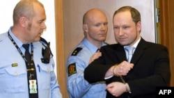 Anders Bering Breivik, i shoqëruar nga policia.