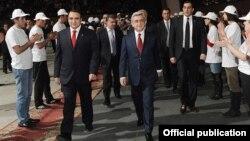 ՕԵԿ առաջնորդ Արթուր Բաղդասարյանը եւ նախագահ Սերժ Սարգսյանը ՕԵԿ համագումարի ժամանակ, 20-ը մարտի, 2012