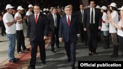 Лидер партии «Оринац еркир» Артур Багдасарян и президент Армении, лидер РПА Серж Саргсян на съезде «Оринац еркир», 20 марта 2012 г.