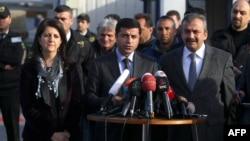 Турция – Сопредседатель прокурдской партии «Мир и демократия» Селахаттин Демиртас (в центре), прокурдские политики Сирри Сурейа (справа) и Релвин Булдан (слева) дают пресс-конференцию в Стамбуле, 18 марта 2013 г.