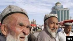 Этнические уйгуры на рынке в округе Кашгар в Синьцзян-Уйгурском автономном районе (СУАР) Китая. Иллюстративное фото.
