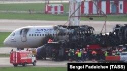 Самолет после катастрофы в аэропорту Шереметьево.