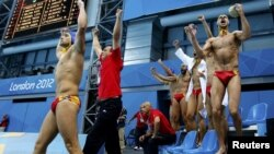 Slavlje crnogorskih vaterpolista nakon plasmana u polufinale, London, 8. avgust 2012.