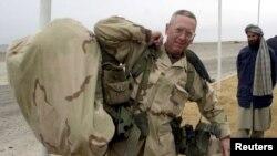 Генерал Жим Мэттис Ооганстандын Кандагар шаарынын аэропортунда. 2001-жыл.