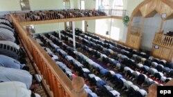 Пятничная молитва в мечети в Сузаке. Иллюстративное фото