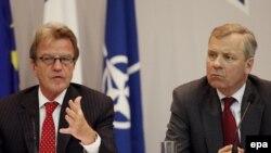 Бернар Кушнер, шеф на француската дипломатија и Јаап де Хоп Схефер, генерален секретар на НАТО