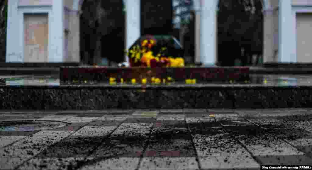 Горщик з квітами розбили, а землю розкидали поруч з пам'ятником
