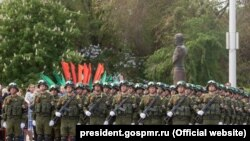 Militari ruși la Tiraspol de Ziua Victoriei