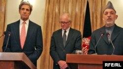 Шайлоонун экинчи айлампасына макул болгонун Хамид Карзай АКШ сенатору Жон Керри (солдо) менен өткөргөн Кабулдагы маалымат жыйынында ырастады.