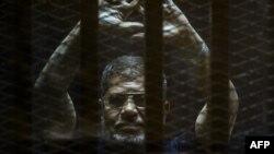 Свергнутый президент Египта Мохамед Мурси в суде