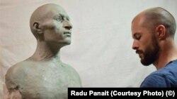 Radu Panait, în timpul lucrului la reconstituirea chipului lui Mihai Viteazul