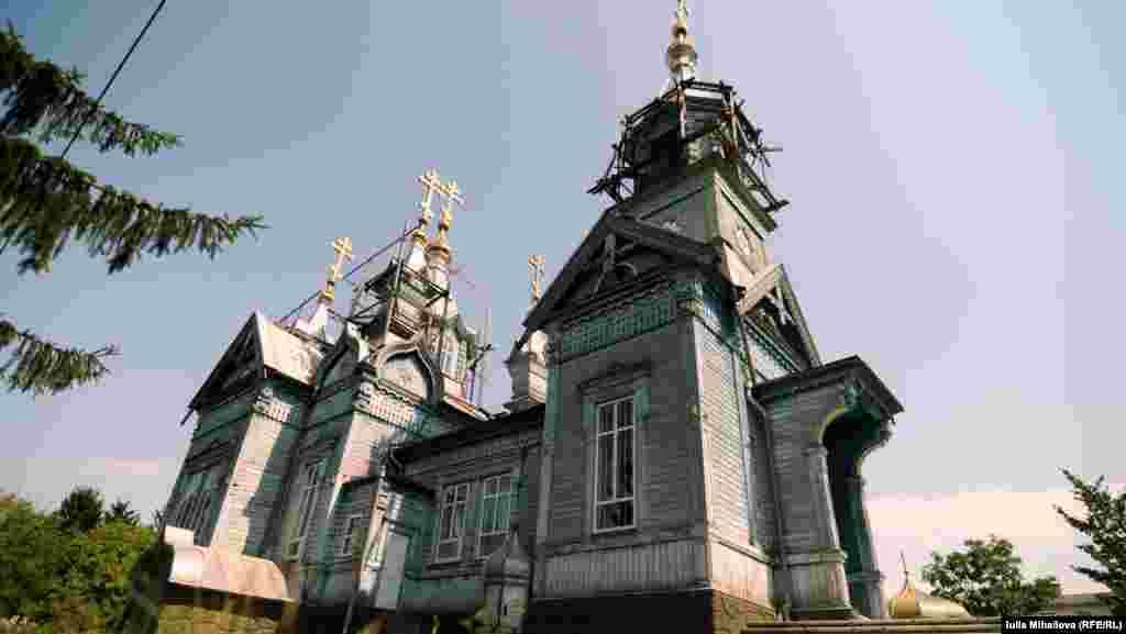 Biserica de lemn de la Larga, datînd de la începutul secolului al XX-lea.