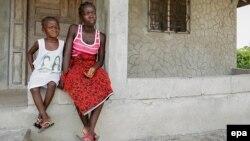 Ата-энеси жана туугандары эболадан өлгөн жетим кыздар. Либерия.