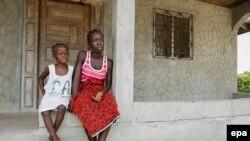 Две либерийские девочки, осиротевшие после смерти родителей от лихорадки Эбола