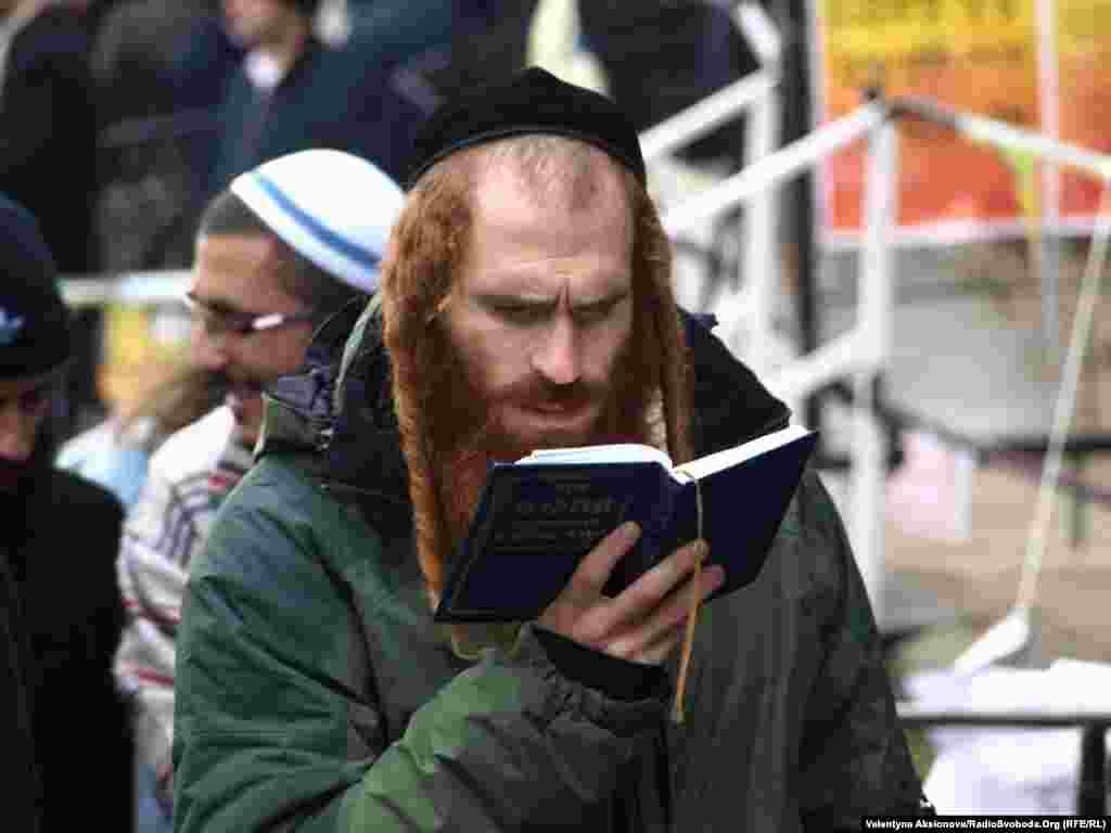 А хтось читає та молиться просто неба і дощ не стає на заваді.
